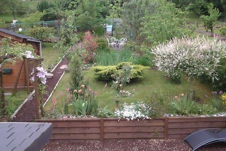 chambre+ petit salon  + terrasse avec jardin - Ev
