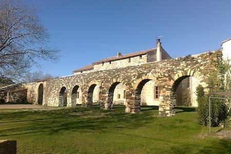 Chambre dans une abbaye restaurée. - Villardonnel