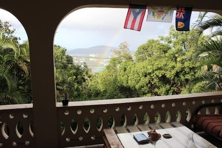 Place to stay & fun young host - Charlotte Amalie - Casa