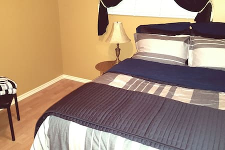 Private room, comfy pillow top bed, parking & WiFi - Sudbury - Casa