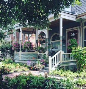 Garnet House B&B - Dayton - Bed & Breakfast