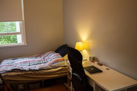 Private Room in a Terrace House (5min from CBD) - Darlington - Casa