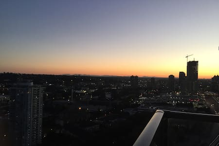 Beautiful 1 Bdr + Den and Balcony - Burnaby - Wohnung