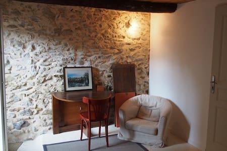 Chambre indépendante au coeur du village - House
