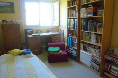 Chambre calme dans un cadre verdoyant - Apartament