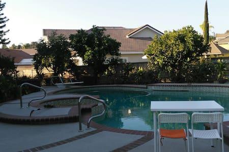 2 特价特大高档住宅,环境特别优美, 空气清新,果树花园游泳池 - Walnut - Casa
