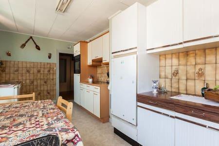 Appartement (2 chambres) dans maison+jardin - Apartment