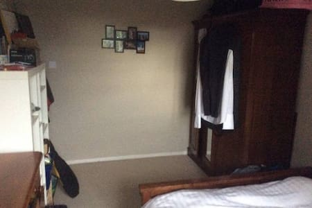 Large Double Room near town center - Maidenhead