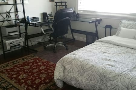 Private room with attached bathroom - Richmond - House