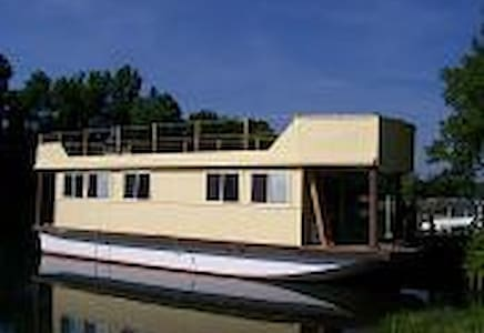 Floating Cottage on the Erie - Łódź