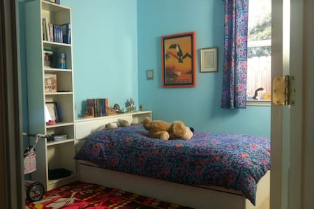 Cozy room, new kitchen, sunny gardn - House
