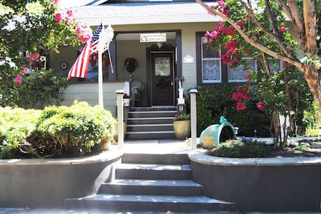 """RoddRose Cottage""  A true B&B experience - Roseville - Casa"