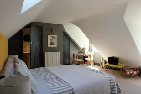 Stupendous, private, ensuite bedroom with parking - Frome,