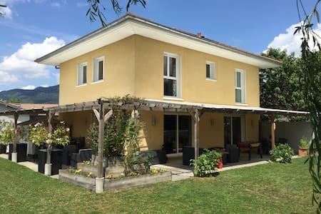 Villa (piscine, sauna, jardin) entre Genève-Annecy - Casa
