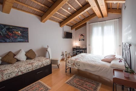 Rosa del Grappa - sunny bedroom - Bed & Breakfast