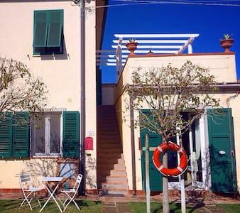Mamma Isa app.to con terrazzo vicino al mare - Vada - Apartment