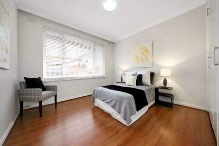 Spacious, clean, quiet first-floor private room with double bed, shared bathroom, living room, kitchen, balcony and off-street parking. Very close to Glenferrie Rd shops, Malvern Station, trams and Malvern Central.  Only available after 10 December.