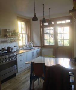 Amazing value, bright, central room - Apartment