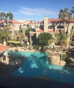 Awesome Old Town Apartment. Great room in my Apt with 4 beds! Apartment has great pool view from the 3rd floor and complex features 24/7 heated pool & hot tub, business center and fitness room. Can't be the location!