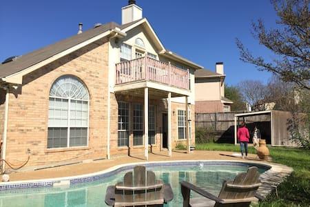Spacious Texan Villa off Freeway - Villa