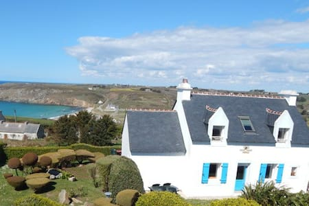 vue exceptionnelle sur la mer, accès plage à pied - House