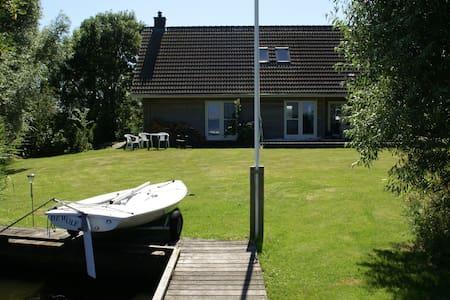 Villa op privé eiland Friese meren - Hommerts - Casa