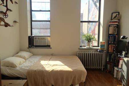 Great room in amazing Little Italy location! - New York - Apartment