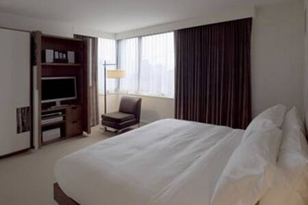Spend Christmas Day Dec 25, 2015  in Midtown Manhattan, New York City. Deluxe 1 Queen bed non-smoking room features free Wi-Fi, 400 square feet of space and flat screen TVs. Multi-lingual Front Desk, Concierge and Bell service, Fitness Ctr 24 hours