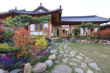 초록방  -  소나무 황토 숯으로만 지은 친환경 한옥주택에서 힐링하세요 - Bed & Breakfast