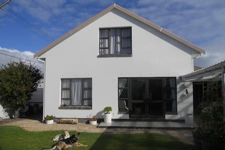 Burnett Lodge ( Heldersig haven a home from home) - Guesthouse