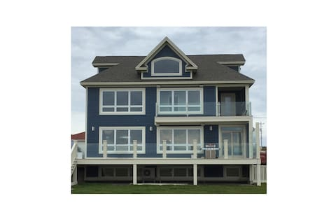 Executive 3+ bedroom waterfront property - House
