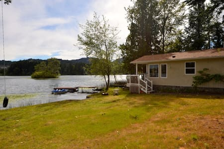 Private Lake Front 1 bed Cottage full kitchen wifi - Victoria - Cabin