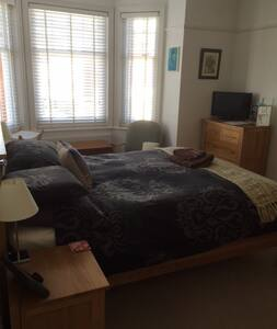 Poole spacious room  in great house - Rumah