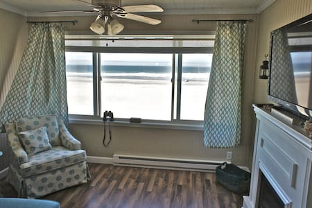 'Sunset Delight' - Remodeled Beachfront Condo! - Apartment