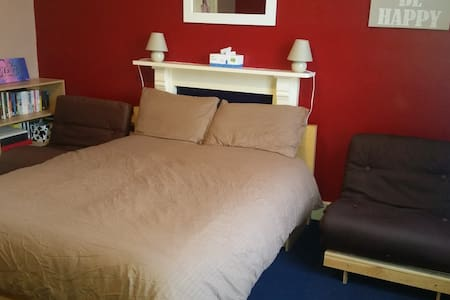 1b.A Large room sleeps 4 inc b'fast - Wolverhampton  - House