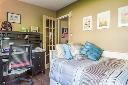 Work. Play. Rest. in Lower Lonsdale - Kuzey Vancouver - Daire