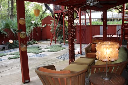 Eclectic 3/3/2 Treehouse w decks, close to lake/DT - Austin - House