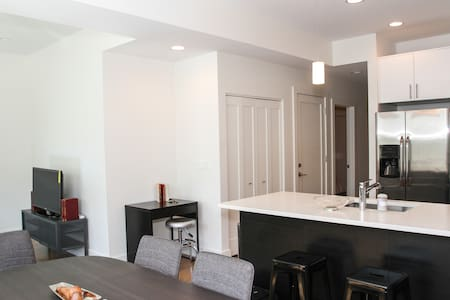 Chic 2BR Steps from Wrigley Field - Chicago - Condominium
