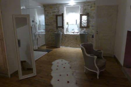 O²suites chambre scandinave avec jacuzzi privé - Bernis