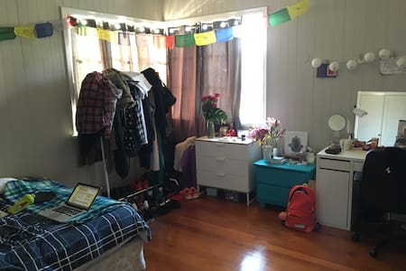 Big spacey room in easy location :) - Coorparoo - House