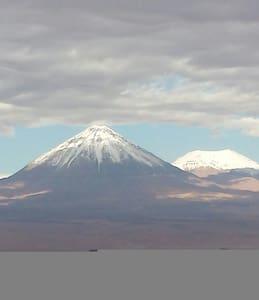 Mágico desierto con vista al  volcán Lickancabur - Ház