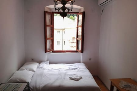 Bright room with AC in the Old town (3 people) - Flat