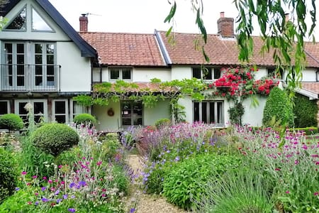 Quiet village retreat in our garden - Bed & Breakfast