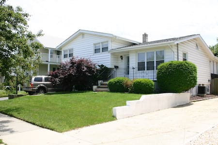 Fab 4-Bedroom Belmar home, 1 blk to Beach! - 公寓