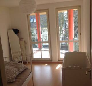 Zimmer mit Durchgang zur Terrasse - Berlin - Apartment