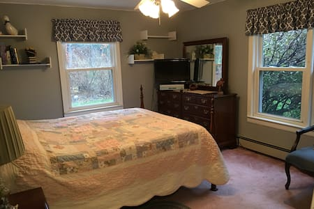 COMFY LARGE BEDROOM, QUIET ST., CLOSE TO WORCESTER - Boylston - Haus