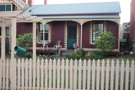 Quaint 2BR Cottage - walk to everything - Hus