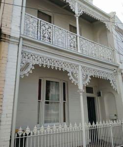 靠近City,墨大,独立house,Bill全包,内部精装修,环境超好,拎包即住 - North Melbourne - Villa