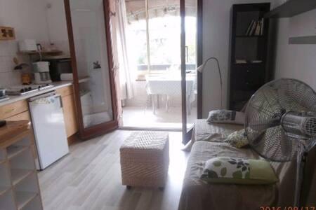 studio avec chambrette à 2 km des plages. au calme. - Condominium