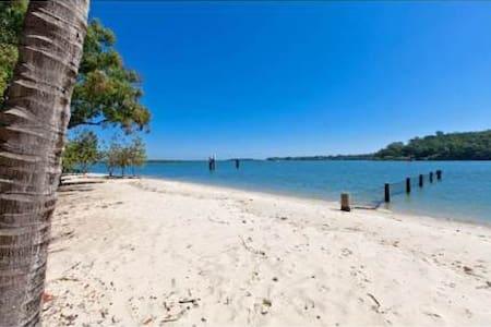 Brisbane Waterfront  Home on a Peacefull Island . - House